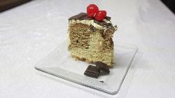 Postre de Pastel de Chocolate con Cerezas